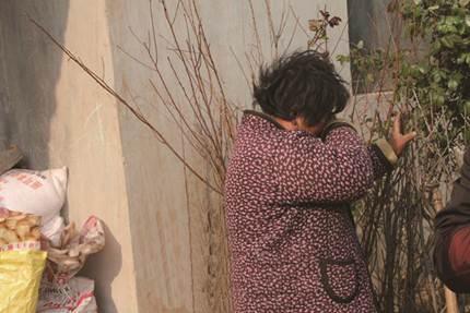 说明: 说起自己的儿子,刘凌海的老伴独自流泪