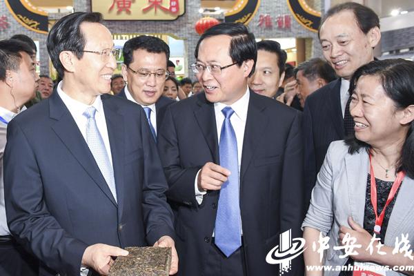 安徽展馆惊艳亮相茶博会 5180块黑茶砖垒砌而成