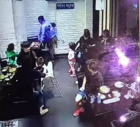 """""""女大学生飞踹4岁三�N体育app女童""""完整视频曝光,事件反转?"""