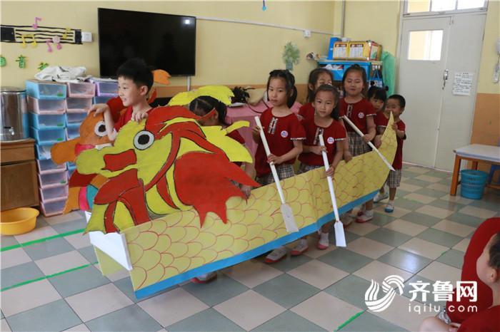 """聊城大学志愿者与幼儿园小朋友制作""""龙舟""""庆端午"""