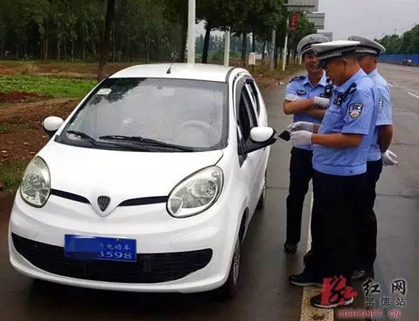 七旬老人无证驾驶电动车被罚 发奋俩月拿到驾照
