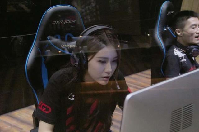 杭州电竞战队美女队员生活曝光一天对着电脑狂按键盘鼠标10小时+