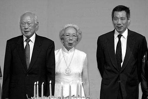图说:左图是李光耀、夫人柯玉芝与李显龙的合照。