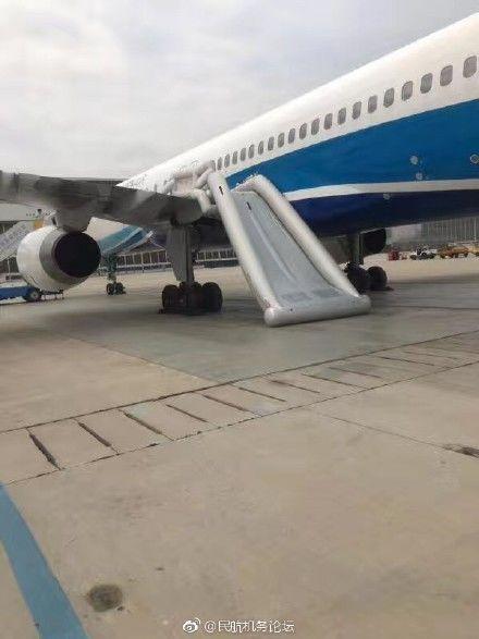 6月12日中午11时50分,在北京首都国际机场,厦门航空波音757飞机逃生