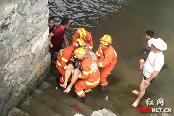 消防官兵和群众联合施救。