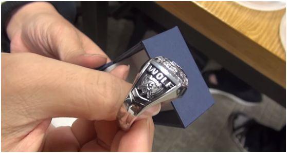 LOL拳头为SKT补发S5总决赛冠军戒指,尴尬的一幕发生了……