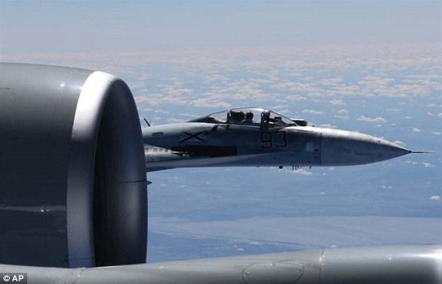 美公布俄战机拦截照片 俄飞行员竖个中指都能看见