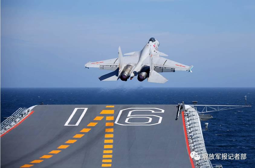 喷着蓝色尾焰,沿着航母舰艏14°仰角的滑跃甲板,快速起飞拉升,犹如