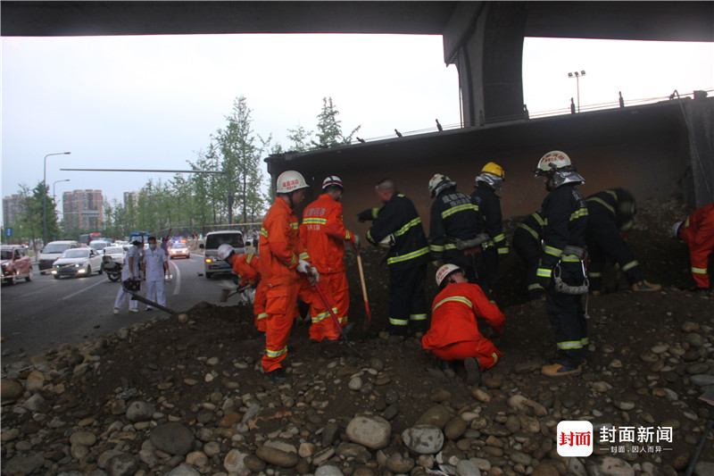成都一运渣车侧翻压埋电动车致两人死亡肇事司机被控制