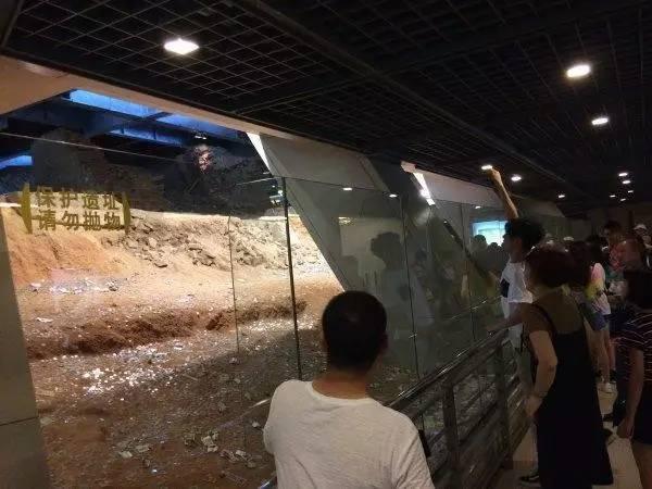 """杭州雷峰塔遗址被扔成""""钱山"""" 景区:谁有办法"""