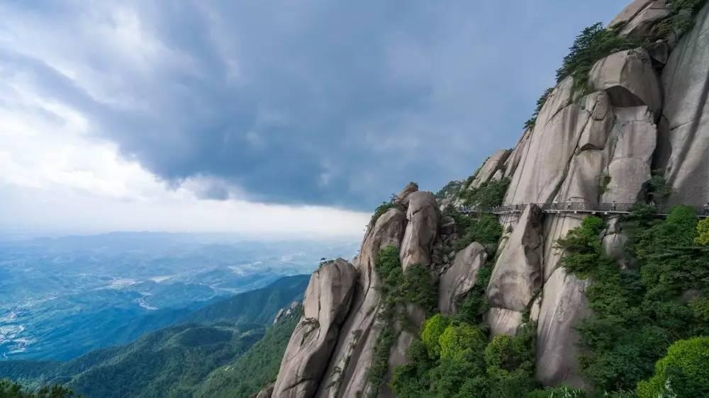 都说看山,三分看景,七分想象。能够彻底忘记自我,打开想象的空间,才能真正领略到大自然的神奇精妙。 灵山的石,每一块都是具有灵性。有的巍峨,有的挺拔,有的突兀,有的张扬,每一块嵌于这天地之间,都是恰到好处。 几乎,一步一景。眼前的巨石,转换一个角度,便又被赋予了新的生命。