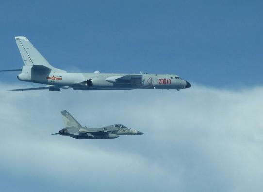 战斗机--台战机伴飞轰六 台学者:就像弟弟跟着哥哥