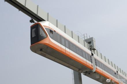 在山东青岛,国内最高速的悬挂式单轨列车进入型式试验和试运行阶段.