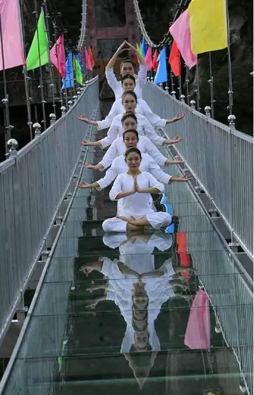 一群美女在中原海拔最高老界岭玻璃天桥上演高空瑜伽