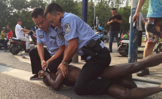 欧美白妇干黑人_黑人男子合肥寻衅滋事 伤人后被警察拘捕(组图)