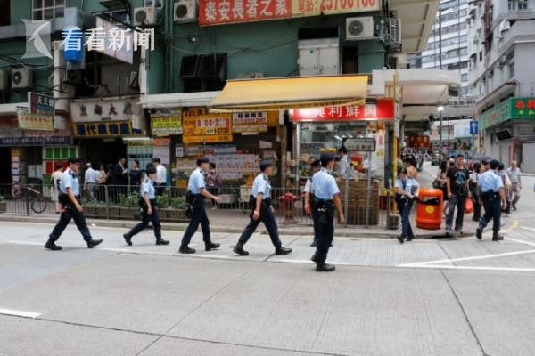 女警香港闹市区遭钢珠狙击 警车玻璃被射爆