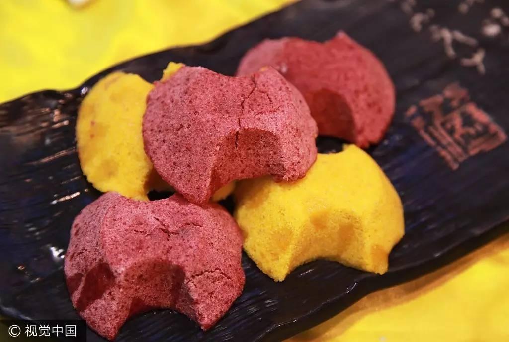 """定胜糕 苏杭一带最具代表性的传统点心之一,由粳米粉和糯米粉制成。相传古时考状元前人们会以定胜糕送行,表达金榜题名之意,也有鼓舞出征将士的说法。发展到现在,上海人习惯在乔迁时送出一份定胜糕,取其""""定升""""之意。  海棠糕"""