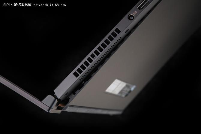 为了确保优良的散热,ROG GX501首次采用独家黑科技散热体系,采用五铜管、双风扇、三出风口(转轴处两个、机身左侧一个)散热体系,并在机身后盖增加了独特的转轴协同开合设计,即当你打开屏幕后,D面将会自动撑开拥有一定的缝隙,以增强整体散热。