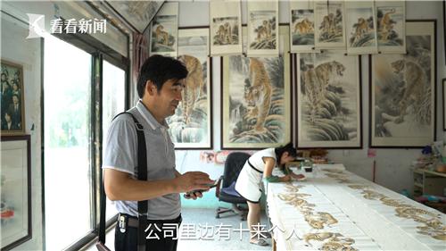 经纪人是村民画师与外界市场之间的桥梁