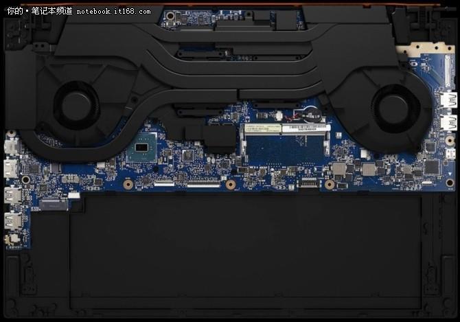 从这张内部结构图我们可以看出,ROG GX501采用双风扇、五铜管的设计,键盘的位置正好位于基本不发热的电池部位,完全错开了主板,从而避免了键盘高位带来的不良感受,这同样解释了之前键盘的巧妙布局。