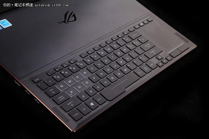 ↑↑↑ROG GX501键盘布局十分精妙,键盘CPU、显卡等发热严重位置并未设计键盘位,仅放置了一个大的ROG经典图形标识,并在空白处设计了细小圆孔,以辅助散热。