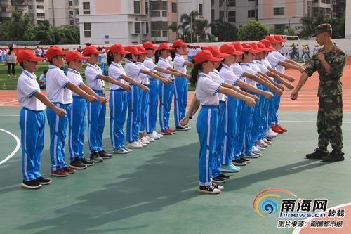 9月4日,海中初中部,学生在运动场参加军训。