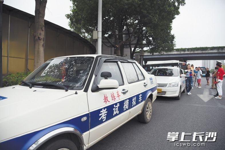 昨日,在禁练车路段练车的教练车被开福交警查获。  长沙晚报记者刘琦摄