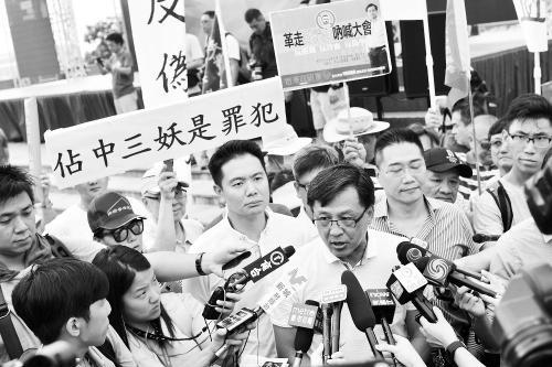 图片说明:17日,何君尧接受港媒采访。