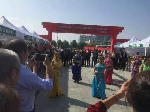 七十二潭景区苗族姑娘文化节上载歌载舞演绎最炫民族风