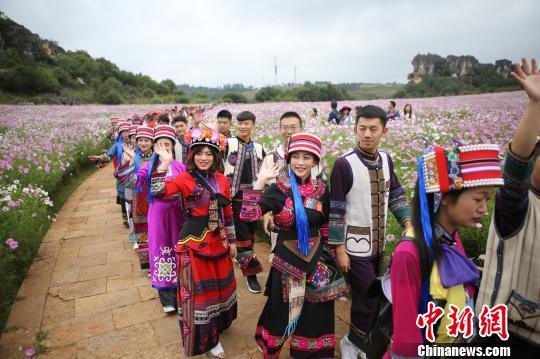 图为新人们体验彝族婚俗。 李发兴摄