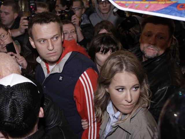 2012年5月8日,克谢尼娅·索布恰克(前右)和阿列克谢·纳瓦利内(左)在莫斯科参加抗议游行。(新华/美联)