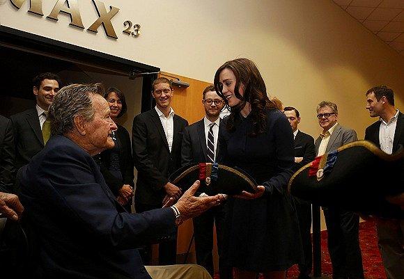 """被美国女演员指责性骚扰 老布什表示""""最诚挚道歉"""""""