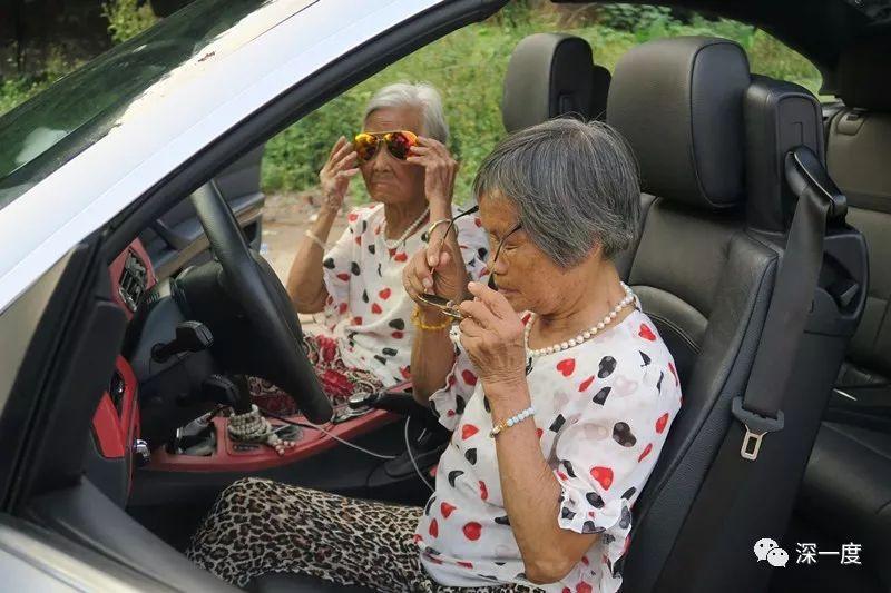 """""""谢谢老铁!"""":快手最红奶奶和背后的年轻推手"""