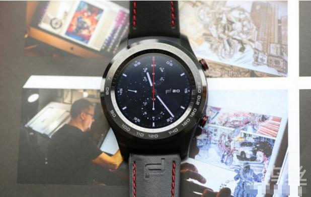 PORSCHE DESIGN HUAWEI Smartwatch,即HUAWEI WATCH 2 保时捷版,是华为品牌与PORSCHE DESIGN深度合作打造的智能手表,这也是PORSCHE DESIGN全球首款4G智能手表,其集合了PORSCHE DESIGN的速度与美,以及华为品牌的科技与智慧。
