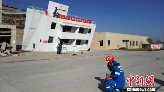 图为社会救援力量模拟演练地震抢险救灾。 钟欣摄