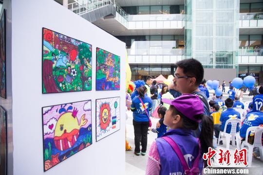 福州举行《艺起公益》画展呼吁关爱自闭症儿童