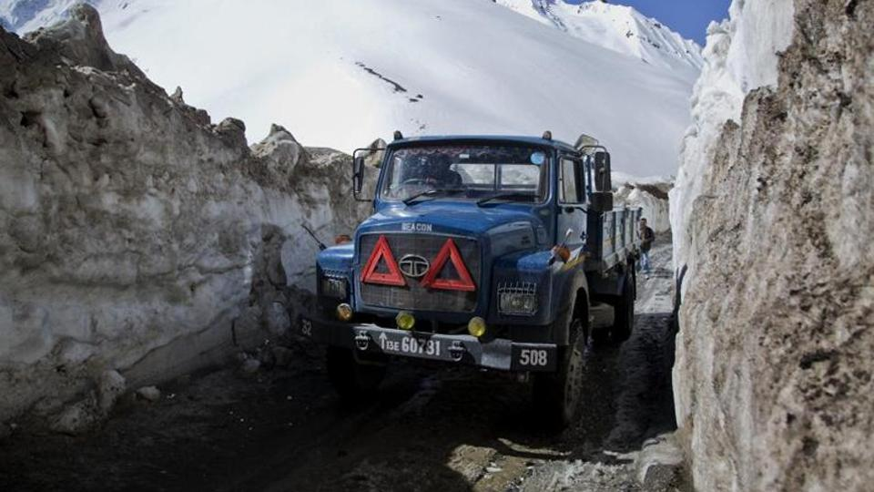 印军采购100多台挖掘机 准备在中印边境开山修路