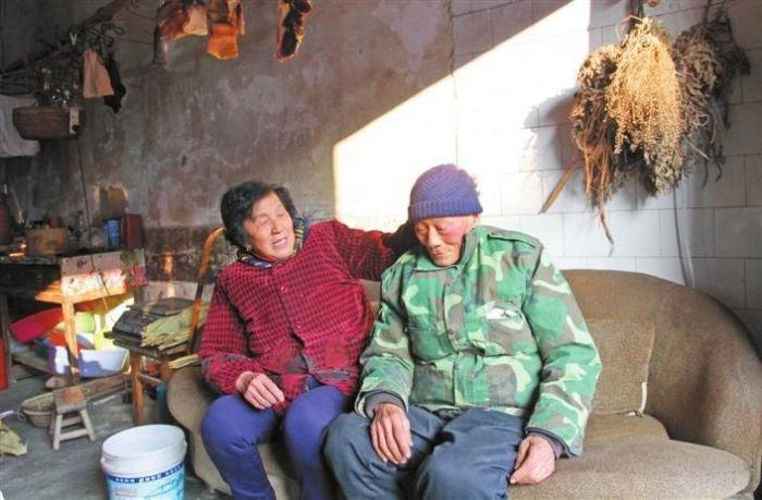 俞爱云(左一)给洪胜道戴上新买的帽子