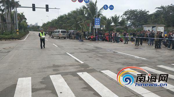 海口新埠岛海鲜大世界附近路口发生惨烈车祸 3人当场身亡