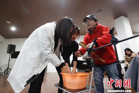 上海美术电影制片厂高级音效师白伟民现场演示木桨划过水面时的声音。 张亨伟摄