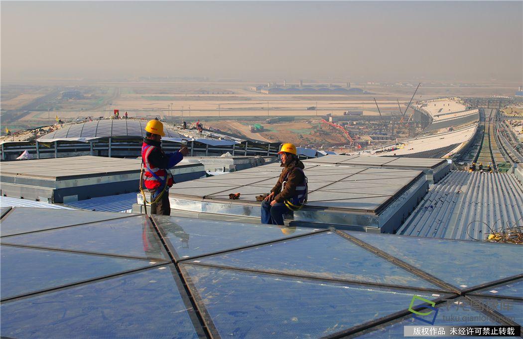 新机场主航站楼屋顶施工现场。谭禄宏摄千龙网发