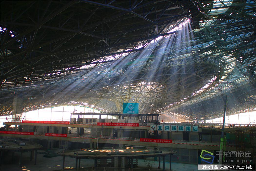 新机场主航站楼内部施工现场。谭禄宏摄千龙网发