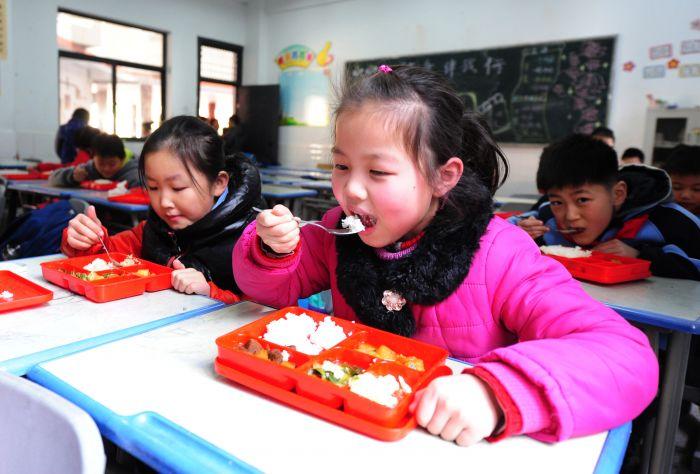 合肥市和平路小学,学生在校园里吃午餐(1)
