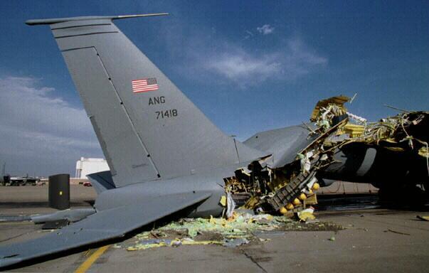 美军公开事故照片:飞机爆炸如破气球 碎片乱飞