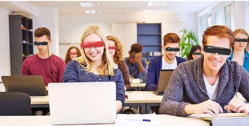 VR教育三大优势 一直以来,传统教育的模式下都是由老师在课堂进行讲解,枯燥并且乏味,课余时间会基于给学生培养兴趣来增加一些课程,比如:科学、美术、音乐、体育等等。 相对于传统教育而言,VR教育突出的优点是它将传统、理性的二维课堂变成了感性、三维的课堂,更加的生动。VR技术将对普通课堂教学带来革命性的进步。微视酷VR课堂已经在全国数百个学校落地,深受学生和老师的欢迎。 首先,破解物理空间局限。物理空间一直是教育资源无法分享的主要影响因素,而VR技术可以帮助优质资源向教育落后地区进行输送,可以让更多贫困落后