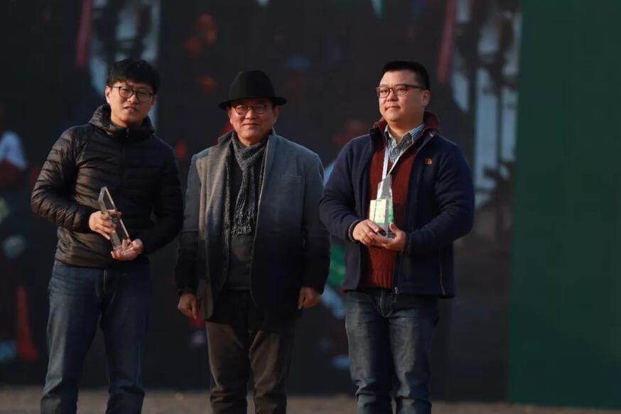 东湖双年展一等奖颁奖合照。图/受访者提供