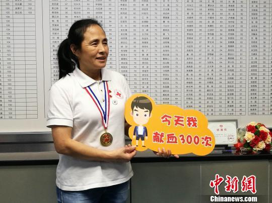 深圳第300次献血人物高敏钟欣摄