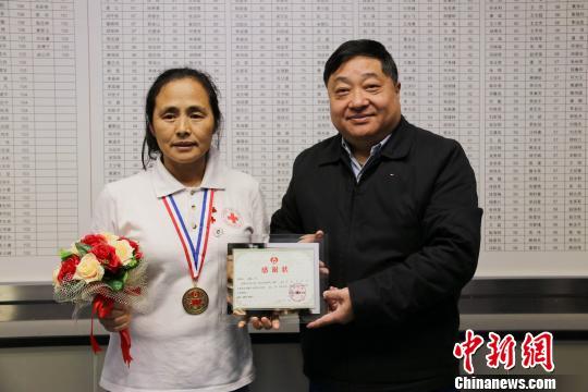 深圳市血液中心主任朱为刚向高敏颁发感谢状钟欣摄