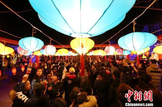 图为民众在华清宫内猜灯谜。 张远摄