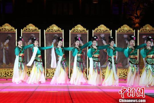 图为华清宫上演了仿唐乐舞表演。 张远摄